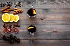 ingredienser mulled wine Kryddakanel och badian, citrusfrukter på mörk träcopyspace för bästa sikt för bakgrund Royaltyfri Fotografi