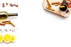 ingredienser mulled wine Vin i flaska, kryddakanel och badian, citrusfrukter på bästa sikt för vit bakgrund Royaltyfria Bilder
