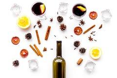 ingredienser mulled wine Vin i flaska, kryddakanel och badian, citrusfrukter på bästa sikt för vit bakgrund Arkivbild