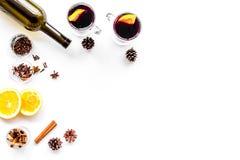 ingredienser mulled wine Vin i flaska, kryddakanel och badian, citrusfrukter på bästa sikt för vit bakgrund Arkivfoton