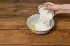 Ingredienser och hjälpmedel som gör en kaka Royaltyfri Bild