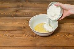 Ingredienser och hjälpmedel som gör en kaka Arkivfoto