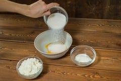 Ingredienser och hjälpmedel som gör en kaka Arkivfoton