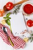 Ingredienser och kök bearbetar på vitbakgrund Receptbok och ingredienser för att laga mat tomaten Arkivbilder