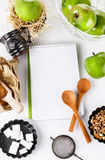 Ingredienser och kök bearbetar på vitbakgrund Receptbok och ingredienser för äpplebakelse Royaltyfri Fotografi