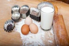 Ingredienser och retro kakaskärare för stekhet deg Arkivfoton