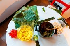 Ingredienser som används för framställning av venezuelan julmaträtthallaca på skärm på den vita tabellen i caracas Arkivfoto