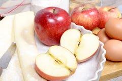 Ingredienser som förbereder en äppelpaj Fotografering för Bildbyråer
