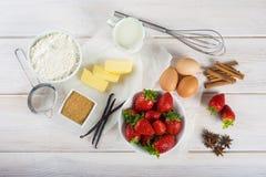 Ingredienser som lagar mat en jordgubbekaka royaltyfri fotografi