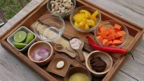 Ingredienser tjänade som på magasinet som var klart att laga mat grönsaksås från morötter, kasjuer, gul spansk peppar, misodeg stock video