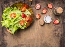 Ingredienser vegetarisk sallad, jordgubbe, körsbärsröda tomater, citron och kryddor, sund mat, utrymme för bästa sikt för text, g Arkivbild