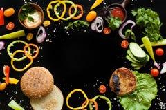 Ingredienserna för en hamburgare Arkivbild