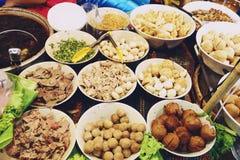 Ingrediensnudlar i thail?ndsk kryddig tom yum soppa med grisk?tt royaltyfri fotografi