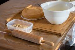 Ingredienst och hjälpmedel för att baka en kaka arkivfoto