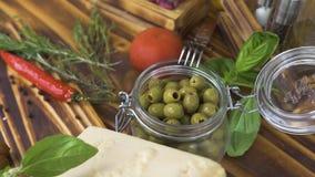 Ingrediente alimentario para la ensalada vegetal y las pastas italianas en la tabla de madera Verduras frescas, queso y condiment metrajes