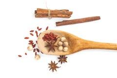 Ingrediente chino en la cucharón de madera imágenes de archivo libres de regalías