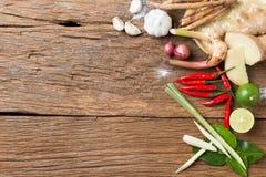 Ingrediente da erva da culinária tailandesa tradicional do alimento da sopa picante de Tom Yum no fundo de madeira da textura Fotos de Stock