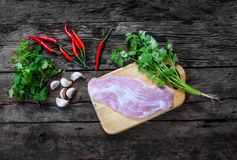 Ingrediente de alimento com carne de porco, pimentões, alho, salsa e hortelã na tabela velha da madeira do vintage Foto de Stock Royalty Free