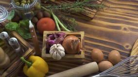 Ingrediente de alimento da vista superior para a preparação da pizza no fundo de madeira Legumes frescos, tempero, ovos, farinha  video estoque