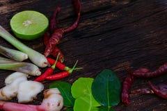 Ingrediente de alimento tailandês para Tom yum no fundo de madeira velho fotos de stock royalty free