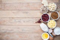 Ingrediente dei biscotti della cioccolata bianca e del mirtillo rosso Fotografie Stock