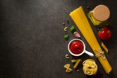 Ingrediente di alimento e della pasta sulla tavola immagini stock