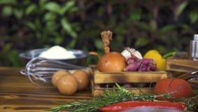 Ingrediente fresco para cozinhar o fim da massa acima Composição de alimento que segue o tiro Vegetais, tempero, farinha, ovos, q vídeos de arquivo