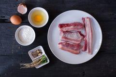 Ingrediente para a carne de porco friável Estilo da vista superior imagem de stock