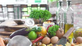 Ingrediente para cozinhar a massa italiana caseiro com molho vegetal Vegetal e temperando para a preparação dos alimentos video estoque