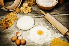 Ingrediente para hacer las pastas italianas Foto de archivo libre de regalías