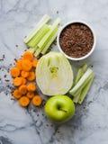 Ingrediente para o batido com erva-doce, maçã, cenoura Imagem de Stock