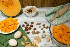 Ingrediente para o bolo, a cookie ou a torta de cozimento da abóbora: ovos, cinnamo imagens de stock royalty free