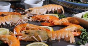 Ingrediente para una paella española de los mariscos: mejillones, gambas del rey, langoustine, abadejo almacen de video