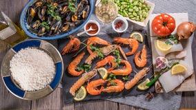 Ingrediente per una paella spagnola dei frutti di mare: cozze, gamberetti di re, langoustine, eglefino Immagine Stock