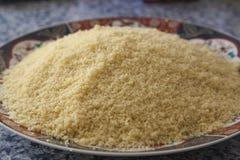 Ingrediente principal del cuscús, sémola del trigo fotos de archivo