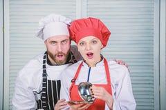 Ingrediente segreto dalla ricetta Uniforme del cuoco coppie nell'amore con alimento perfetto Pianificazione del menu cucina culin fotografia stock libera da diritti