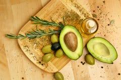 Ingredientes alimentarios Aguacate de Olive Oil With Olives And en la tabla Imagen de archivo