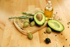 Ingredientes alimentarios Aguacate de Olive Oil With Olives And en la tabla Fotografía de archivo libre de regalías