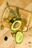 Ingredientes alimentarios Aguacate de Olive Oil With Olives And en la tabla Imágenes de archivo libres de regalías