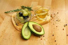 Ingredientes alimentarios Aguacate de Olive Oil With Olives And en la tabla Fotos de archivo