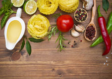 Ingredientes alimentarios culinarios en la tabla de madera Fotografía de archivo