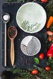 Ingredientes alimentarios: especias, sal, vegetebles, hierbas, cucharas y placas imágenes de archivo libres de regalías