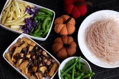 Ingredientes alimentarios, fideos del arroz de las verduras fotografía de archivo libre de regalías