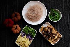 Ingredientes alimentarios, fideos del arroz de las verduras fotografía de archivo
