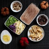Ingredientes alimentarios, fideos del arroz de las verduras fotos de archivo libres de regalías