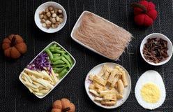 Ingredientes alimentarios, fideos del arroz de las verduras imagen de archivo
