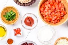 Ingredientes alimentarios frescos en la tabla de cocina blanca fotos de archivo