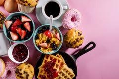 Ingredientes alimentarios frescos sabrosos de desayuno en fondo brillante rosado Fotos de archivo libres de regalías