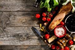Ingredientes alimentarios italianos apetitosos frescos sabrosos en el wo rústico viejo Fotografía de archivo libre de regalías