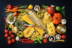 Ingredientes alimentarios italianos en fondo de la pizarra Fotografía de archivo libre de regalías